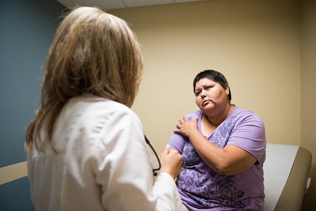 La doctora Olga Meave examina a la paciente Verónica Ayon en la Clínica Sierra Vista, en Bakersfield, California, el 4 de agosto de 2017. Ayon dice que se siente más cómoda con Meave porque comparten el idioma y las tradiciones.