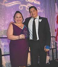 GALARDONADO. Margarita Dilone, Chair de la Junta de la GWHCC y Presidenta & CEO de Crystal Insurance Group, Inc; y José Antonio Tijerino, Presidente & CEO de Hispanic Heritage Foundation, quien fue homenajeado por su Sevicio Público en la Cena de Embajadas de GWHCC.