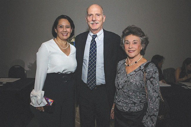 INVITADOS ESPECIALES. De izq. a der.: Ana Harvey, ex Directora del District of Columbia Department of Small and Local Business Development; Phil Mendelson, Chairman de DC Council; y Jane Lee García, Presidenta Emeritus y Fundadora de Carlos Rosario International Public Charter School.