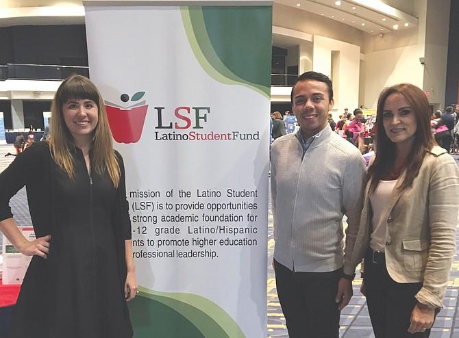 ASESORES. Caitlin Webb (izq.), Gerente de Recursos para la Familia y María Fernanda Borja (der.), Presidenta y CEO de Latino Student Fund en la Feria de las Escuelas 2017 en Washington, DC.