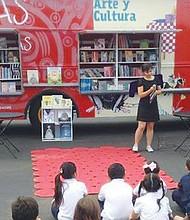 El 'Book Truck' ha legado a diferentes ciudades del condado de San Diego llevando consigo a un cuentacuentos quien ha cautivado el interés de los niños./Foto cortesía.
