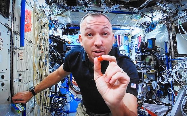 El astronauta Randy Bresnik demuestra flotando alrededor de la estación espacial desde una transmisión en vivo desde el espacio.