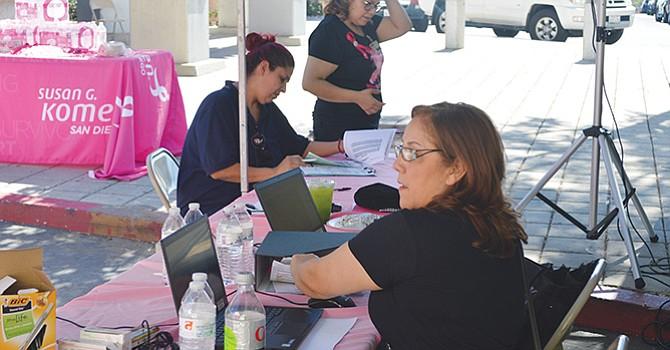 Una mujer se registra previo al examen de mama. Foto: Horacio Rentería/El Latino San Diego.