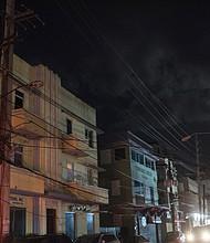 Los edificios, aún sin electricidad, bordean una calle del vecindario Condado en San Juan. Podrían pasar meses antes de que se restablezca la electricidad en partes de la capital de la isla.
