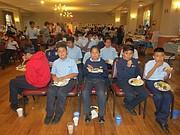 COMUNIDAD. Niños, padres, administradores y personal docente de la Escuela San Miguel, congregados en la Iglesia St. Michael de Silver Spring durante la celebración del Mes de la herencia Hispana el 6 de octubre.