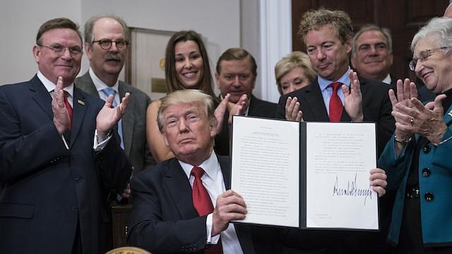 El presidente Trump firma una orden ejecutiva sobre la atención médica en la Casa Blanca el jueves.