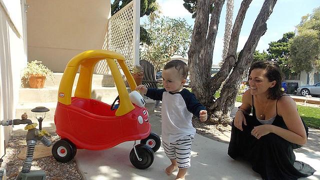Kerri De Nies juega con su hijo, Gregory, en su casa de San Diego. Gregory dio positivo para adrenoleucodistrofia, un raro trastorno cerebral que afecta a uno de cada 18.000 bebés. Cerca de un 30% de los varones que lo padecen desarrollan las formas más graves de la enfermedad.