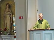 SACERDOTE. El Padre Kevin Thompson durante su homilía en la Iglesia St. Michael el 6 de octubre.