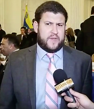 David Smolansky, alcalde del municipio El Hatillo (perseguido por el régimen): El acto de hoy no es simbólico, recordemos que fueron magistrados designados por la Asamblea Nacional, el legítimo parlamento electo por los venezolanos hace dos años. Necesitamos rescatar el Estado de Derecho, porque hoy el poder judicial es uno de los principales pilares de la dictadura, con más de 90% de impunidad, persiguiendo a cualquiera que piense distinto y avalando la represión de los cuerpos de seguridad.