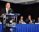 El presidente pro tempore de la Coalición Latinoamérica de Cónsules de Nueva York, el dominicano Carlos Castillo, se dirige a los participantes en el debate sobre el significado de América desde una perspectiva Latina realizado en colaboración con Hostos Community College, de El Bronx.