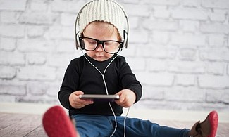 Escucha bien las canciones que le cantas a tus hijos