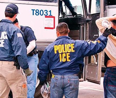 AL ACECHO. El ICE anunció que incrementará considerablemente las redadas en centros de trabajo en busca de indocumentados.