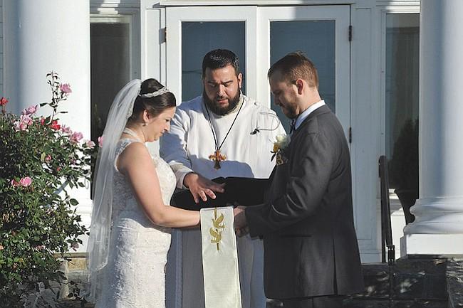 Felizmente casada, bendecida por su hermano pastor y rodeada de sus amigos