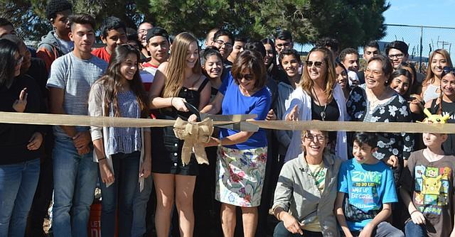 Estudiantes atestiguan el corte del listón por parte de la alcaldesa Mary Casillas Salas, anunciando el principio del cultivo y la cosecha de invierno. Foto: Horacio Rentería/El Latino San Diego.
