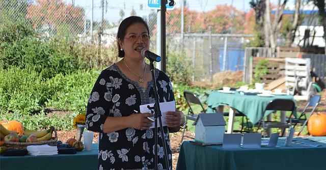 La directora de la Preparatoria, Mary Rose Peralta, dio las palabras de bienvenida a los asistentes a la ceremonia. Foto: Horacio Rentería/El Latino San Diego.