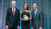 Zoraida de la Rosa, co-fundadora de Guardian Healthcare recibe el premio.