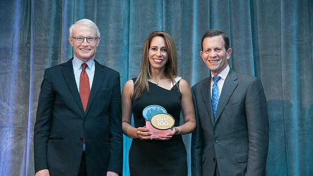 Zoraida de la Rosa, co-fundadora de Guardian Healthcare recibe el premio.