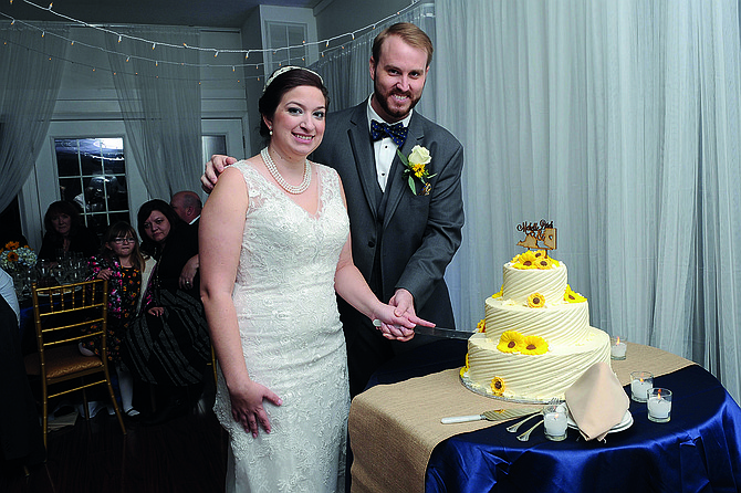 TRADICIÓN. Michelle y Derek Van Der Werf parten el pastel de bodas.