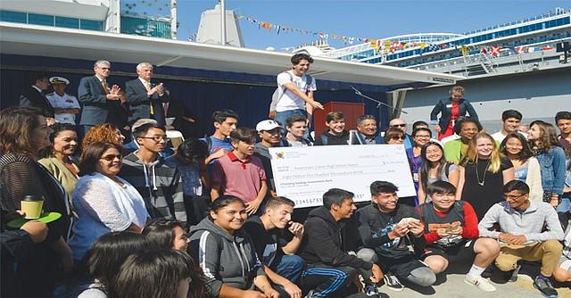 Estudiantes de las escuelas beneficiadas con 'el grant' felices de la aportación del Departamento de Defensa de Estados Unidos.