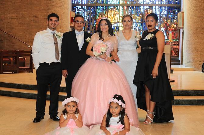 FAMILIA. De izq. a der.: Ray Abadía, Luis Armando, Emily, Aracely y Anna Reyes en la Iglesia St. Catherine.