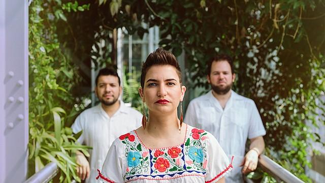Elena & Los Fulanos, la banda de folk-rock bilingüe latina, lanzó el viernes 30 de octubre, su segundo álbum bilingüe, Volcán