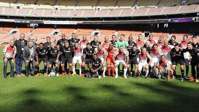 LEYANDAS. Los antiguos jugadores, directivos y técnicos del DC United en la grama del estadio RFK.
