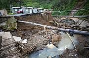 El área donde un puente estuvo antes del huracán María se ve a lo largo de la carretera 152 en Barranquitas, Puerto Rico, el 18 de octubre de 2017.