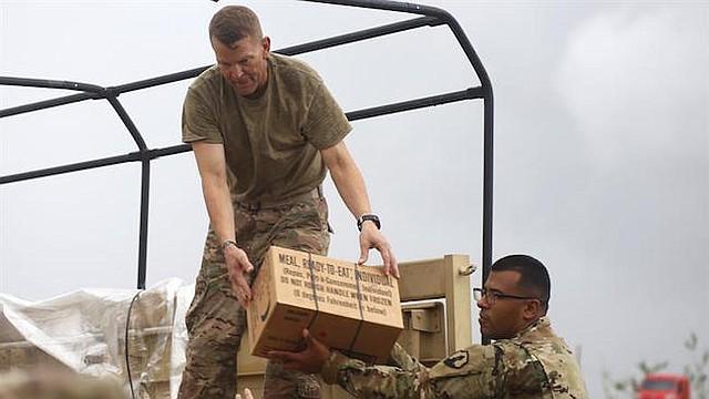 El teniente general Jeffrey S. Buchanan (i), encargado de las operaciones militares en Puerto Rico tras el paso del huracán María, lidera la misión de entrega de suministros a damnificados de la isla, miércoles 18 de octubre de 2017, en Las Piedras (Puerto Rico).