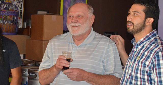 Art Larrence, prestigiado Maestro Cervecero y fundador del Festival de la Cerveza en Portland, Oregon, acompañado por Fabián Martínez, Coordinador del Green Business Program (Programa de Negocios Verdes) de la Cámara Nacional de Comercio de National City (National City Chamber of Commerce).