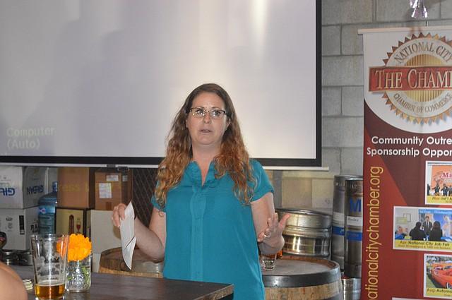Raveena Wisham, del Centro de Energía Renovable de SDGE ofreció una breve presentación sobre eficiencia energética dirigida a cervecerías y restaurantes.