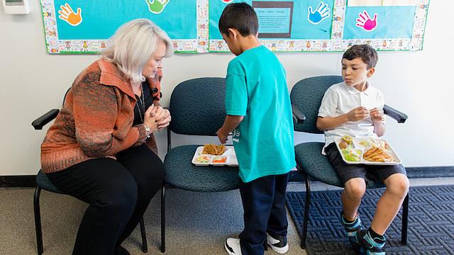 La enfermera Catherin Crofton habla con dos estudiantes en la escuela primaria Cambridge, en el este del condado de Contra Costa, California. Su puesto lo solventa una alianza entre el distrito escolar unificado de Mount Diablo y John Muir Health, un sistema local de salud.