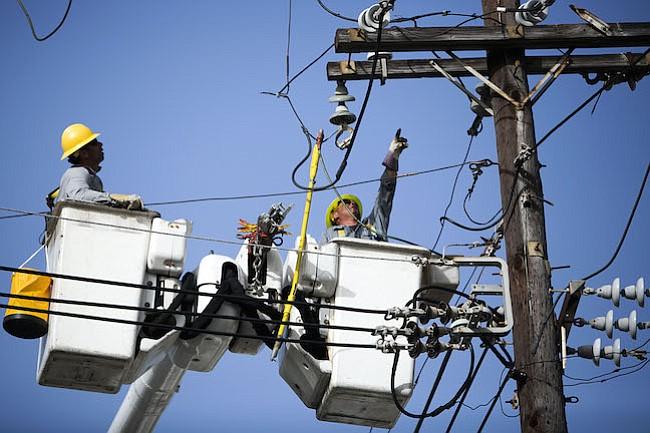 El servicio eléctrico de Puerto Rico cancela un contrato controversial con la firma de Montana para la reparación de la red eléctrica