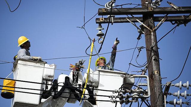 Los empleados de la Autoridad de Energía Eléctrica de Puerto Rico (PREPA por sus signas en íngles) arreglan líneas eléctricas en Santurce, Puerto Rico, el 19 de octubre de 2017.