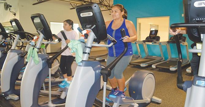 Elpidia Rogel y su hija, Sandra, hacen ejercicio ayudado por los modernos aparatos de YMCA. Foto: Horacio Rentería/El Latino San Diego.