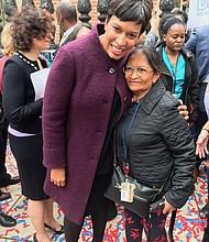 BENEFICIO. La Alcaldesa con la hondureña María Cálix, quien ya se ha inscrito en el programa de seguro médico.