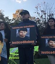 DOLIENTES. De izq a der. Oscar Urbina y su esposa Rosaura Urbina el 26 de octubre frente al centro judicial del condado de Prince William