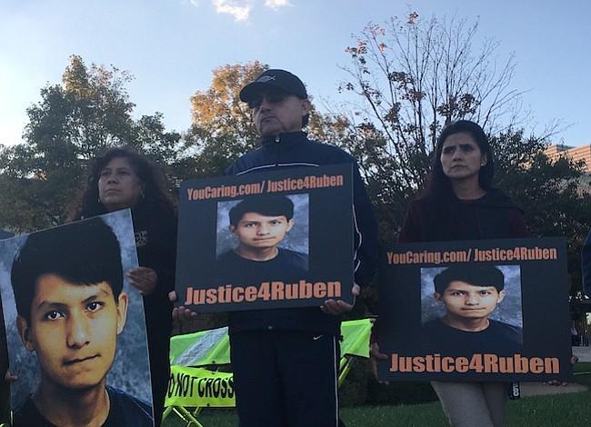 Padres de adolescente muerto por policía estudian acción legal