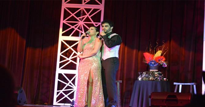 Fátima Poggi y Richard Bermúdez durante una romántica interpretación. Foto: Horacio Rentería/ El Latino.