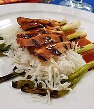 """Los participantes del programa de Cocina Internacional mostraron diversos platos de su creación en esta edición del """"Community Culinary Event"""", tales como sushi, tempura de vegetales, pollo teriyaki, ramen y helado frito, mientras que fueron evaluados por los profesores."""