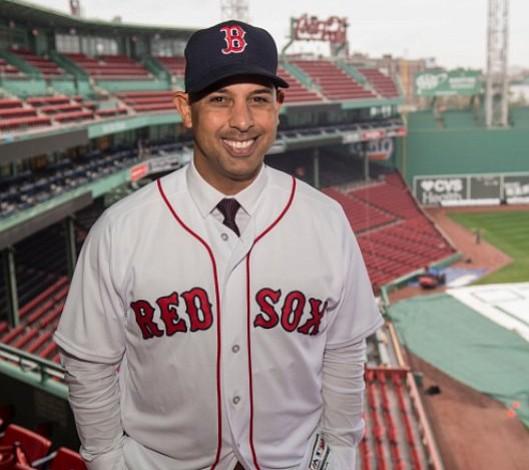 Alex Cora fue presentado oficialmente como manager de los Medias Rojas de Boston