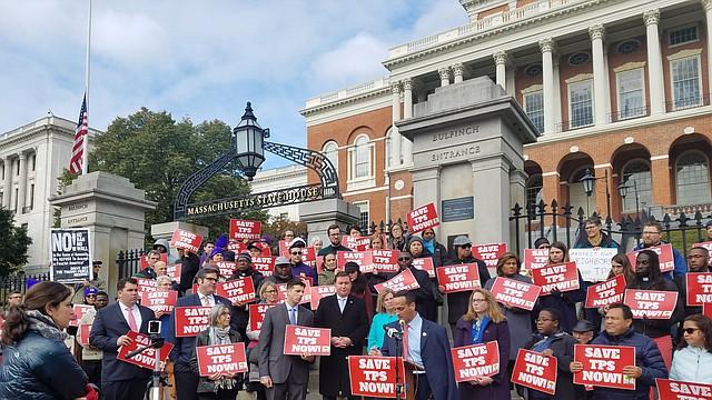 El alcalde de Somerville, Joseph Curtatone, habla en una manifestación a favor del TPS en las escaleras de la Casa de Estado de Massachusetts