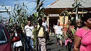 FELIGRESES. Cargando una planta de maíz los feligreses desfilaron dando gracias a Dios por las cosechas.