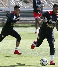 Los jugadores de la selección peruana de fútbol Christian Cueva (i) y Jefferson Farfán (d) participan durante un entrenamiento el miércoles 08 de noviembre del 2017, en el estadio QBE de la ciudad de Auckland (Nueva Zelanda). Perú se prepara para enfrentar a Nueva Zelanda por la repesca al mundial de Rusia 2018.