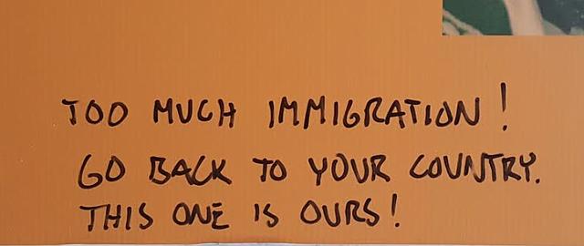 """Mensaje de corte racista que apareció escrito dentro del museo: """"Demasiada inmigración. Regrese a su país. Este es nuestro!""""."""