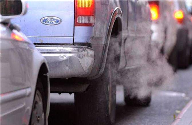 Autos a gasolina deben bajar de 4,6 litros para batir al eléctrico en emisiones