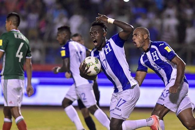 ESTELAR. El hondureño Alberth Elis (izq.) celebra un gol en la eliminatoria.