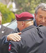 El congresista Juan Vargas abraza al Veterano Héctor Barajas, quien había sido deportado y este año obtuvo el perdón por parte del Gobernador Jerry Brown. Foto: Manuel Ocaño/El Latino.