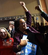 Los partidarios del demócrata Ralph Northam estallaron de alegría en un mitin la noche del martes después de que Northam ganara la gobernación de Virginia.
