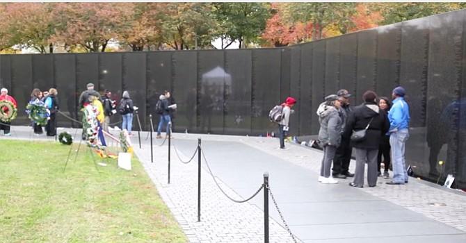 Personas acuden a leer los nombres de la pared.Foto-Cortesía