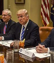 El presidente Donald Trump se reúne con el líder mayoritario del Senado, Mitch McConnell, republicano por Kentucky, y con el presidente de la Cámara, Paul D. Ryan, republicano por Wisconsin, en la Casa Blanca en marzo pasado.